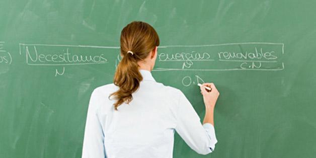 Maestra analizando una frase.